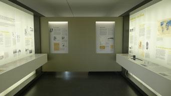 Themennische mit Vertiefungsstation und Biografien an der Mittelwand. Andreas Ehresmann, 30.4.2013