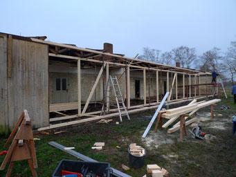 Zur statischen Unterstützung des Dachtragwerks aufgestelltes Holzständerwerk. Foto: Andreas Ehresmann, 10.12.2008