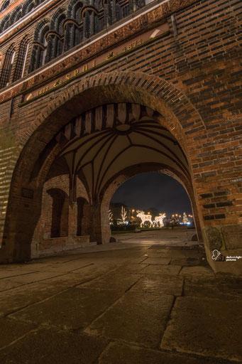 Blick auf die Trelche durch das Holstentor bei Nacht