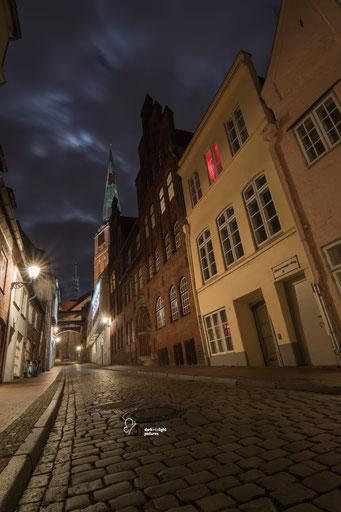 In der Engelsgrube der historischen Altstadt Lübeck mit Blick auf die Jakobikirche
