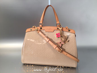 Louis Vuitton Monogram Vernis Brea MM in Dune, Louis Vuitton Fleur De Monogram Taschenschmuck in Pink