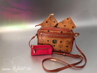 MCM Visetos Crossbody Tasche, Kosmetiktäschchen & Kartenetui in Cognac, MCM Visteos Schlüsseletui in Rot