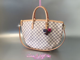 Louis Vuitton Damier Azur Riviera MM, Louis Vuitton Playtime Taschenschmuck in Marron