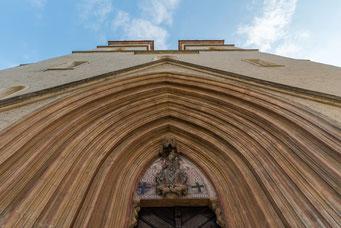 Imposantes Stufenportal mit Madonnenfigur im Tympanon