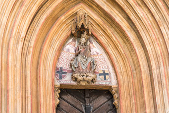 Madonnenfigur im Tympanon
