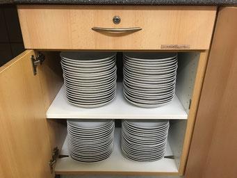 - Besteck und Geschirr für 150 Personen -