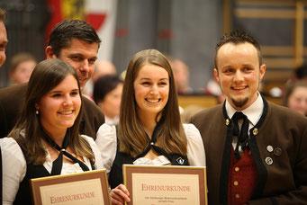 Cäciliakonzert 2016 - Unsere Marketenderinnen Simone und Theresa erhielten die Marketenderinnenbrosche in Bronze