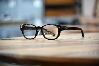 Magnifico DL (マニフィコDL) 平面レンズから遠近両用まで、違和感のない視界を実現する4カーブデザイン。 ブラック 4カーブ 税抜21,000円
