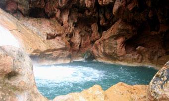 In Felsen eingebetteter Swimming-Pool unterhalb des *CASCADE DE IMOUZZER*