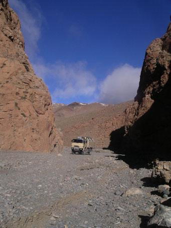 Verbindungspiste Todhra / Dades - Schlucht ... da die Wege für uns zu schmal sind ... bleibt nur noch das ausgetrocknete Flussbett