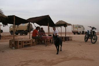 Cafe-Pause am *LAK IRIKI* (Zeitsee) in der Wüste