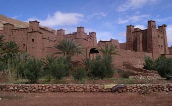 *Ait Benhaddou* ... ist ein Ksar am Fuße des Hohen Atlas ... das Dorf besteht aus 6 ineinander verschachtelten Kasbahs aus Lehm