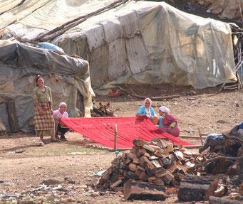 Frauen beim Herstellen von Wolle ... ärmliche Bauernsiedlung auf dem Weg nach *Azrou*