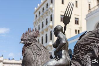 """Skulptur """"Huhn"""" auf dem Platz """"Vieja"""""""