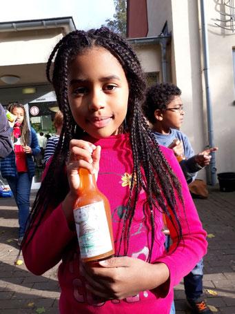 Apfelfest - unser Apfelsaft und selbst gestaltete Etiketten - das Siegeretikett aller Projektklassen!