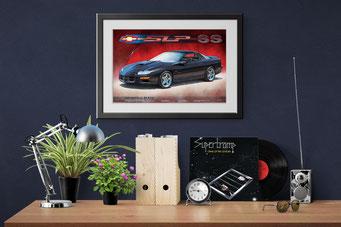 Une mise en contexte décoratif d'un bureau de maison avec le portrait dessiné de la Camaro SS accroché au mur.
