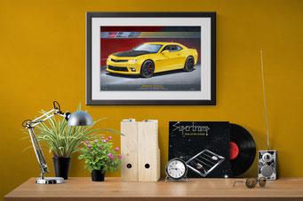 Une mise en contexte décoratif d'un bureau de maison avec le portrait dessiné de la Camaro 1LE accroché au mur.