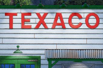 Les couleurs utilisées durant les années 30 par Texaco ont été reproduites sur le bâtiment de la scène.