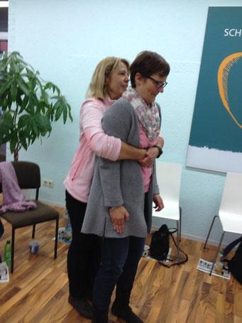 Ladiesfirst Hamm Selbstverteidigung für Frauen: Übung Umklammerung und Abwehr 7