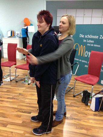 Ladiesfirst Hamm Selbstverteidigung für Frauen: Übung Umklammerung und Abwehr 8