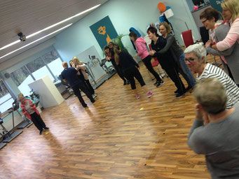 Ladiesfirst Hamm Selbstverteidigung für Frauen: Übung Umklammerung und Abwehr 5
