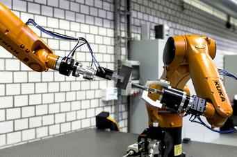Zwei Roboter die Schraube und Mutter miteinander verbinden