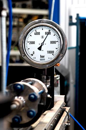 Druckmesser (Manometer) an einer Maschine