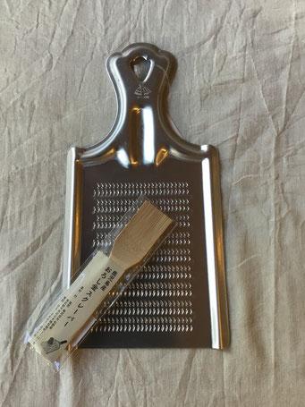 【再入荷!】おろし金スクレーパー¥800+税 日本製(鹿児島県)約25×130mm 約10g 鹿児島県産の真竹で作られています。絶妙な厚さに削られた穂先が細く割かれていて、しなやかでコシがあり、おろし金の目に詰まった、生姜やわさび、ゆず皮などをきれいに落とします。すり鉢のお手入れにも便利です。