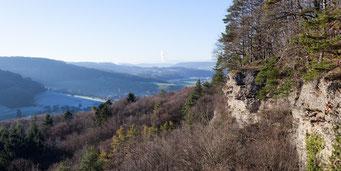 Durch mittlere Deckenschotter gebildete Felswand am Südwestrand des «Stein»; im Hintergrund steigt Dampf aus dem Kühlturm des KKW Leibstadt auf.