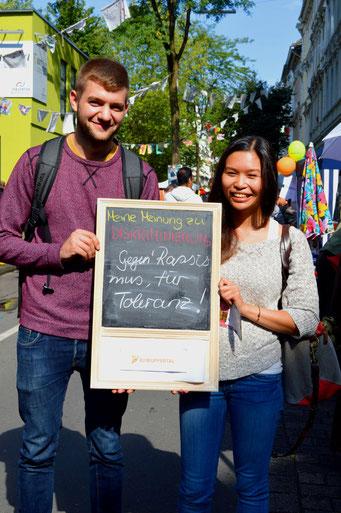'Gegen Rassimus, für mehr Toleranz!' finden diese zwei^-^.