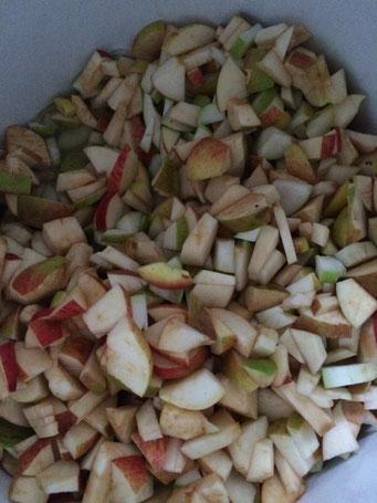 Geschnittene Äpfel und Birnen kurz vorm Einkochen
