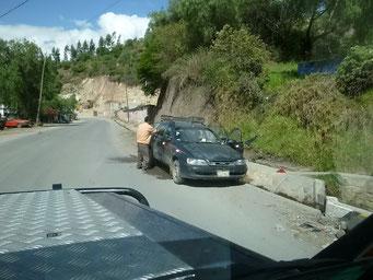 Autowaschen am Bach am Strassenrand ist üblich