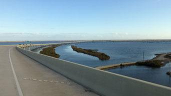 Mississippi Mündung - ein Grossteil der Strassen ruhen auf Pfeilern im Meer
