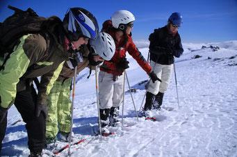 Und die Praktikantinnen erklären Färten im Schnee...
