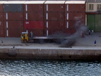 ... dann die nächsten fast Wracks im Hafen.