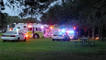 Brennender Papierkorb wird mit Grossaufgebot bekämpft: 3 Polizeiautos, 1 Feuerwehrauto, 1 Ambulanz