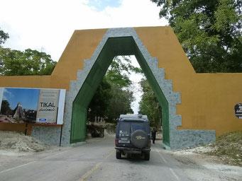 Pompöse Einfahrt in den Tikal National Park