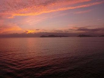 Die Sonnenuntergänge auf dem Meer sind unglaublich intensiv     ©Marion&Alfred