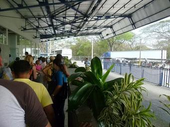 Anstehen an der Grenze zu Nicaragua