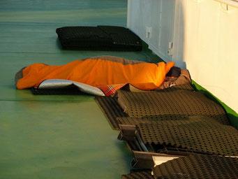 Marion schläft noch am Oberdeck an der frischen Luft