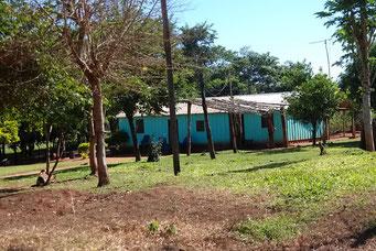 ... Behausungen der Guarani am Strassenrand...