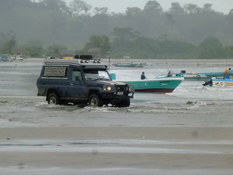 Mompiche - Flussdurchquerung am Stand