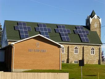 Solarpanel, die zur Kirche passen