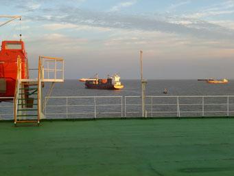 Es warten auch noch ein paar Duzend andere Schiffe zusammen mit uns.
