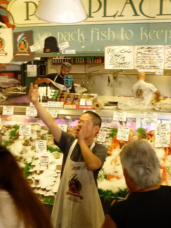 Marktschreier am Fisch-Stand