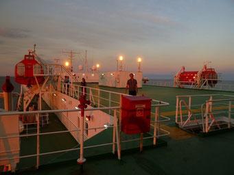 Hier mal die Perspektive übers Oberdeck bei Sonnenuntergang - der kreative Abweicher...