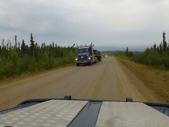 Viel Lastwagen-Verkehr, Dalton Highway, Alaska