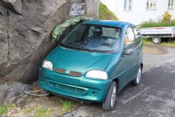 Henningsvaer - hier stürmt es wohl zum Teil heftig, dass die Autos angekettet werden müssen...