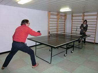 Tischtennis-Tisch im Gymraum