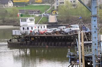 """Schwimmende """"Draht-Brücke"""" über die Donau"""